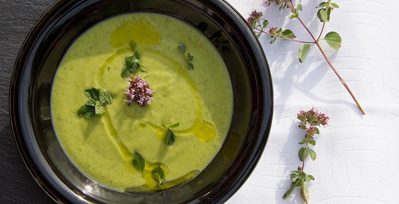 Svěží cuketová polévka s mátou a feta sýrem