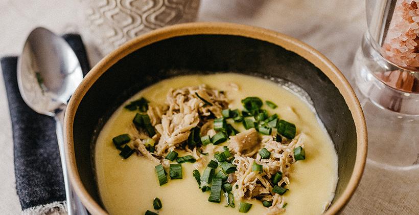 Kokosová polievka s kari, kuracím mäsom a kvakou